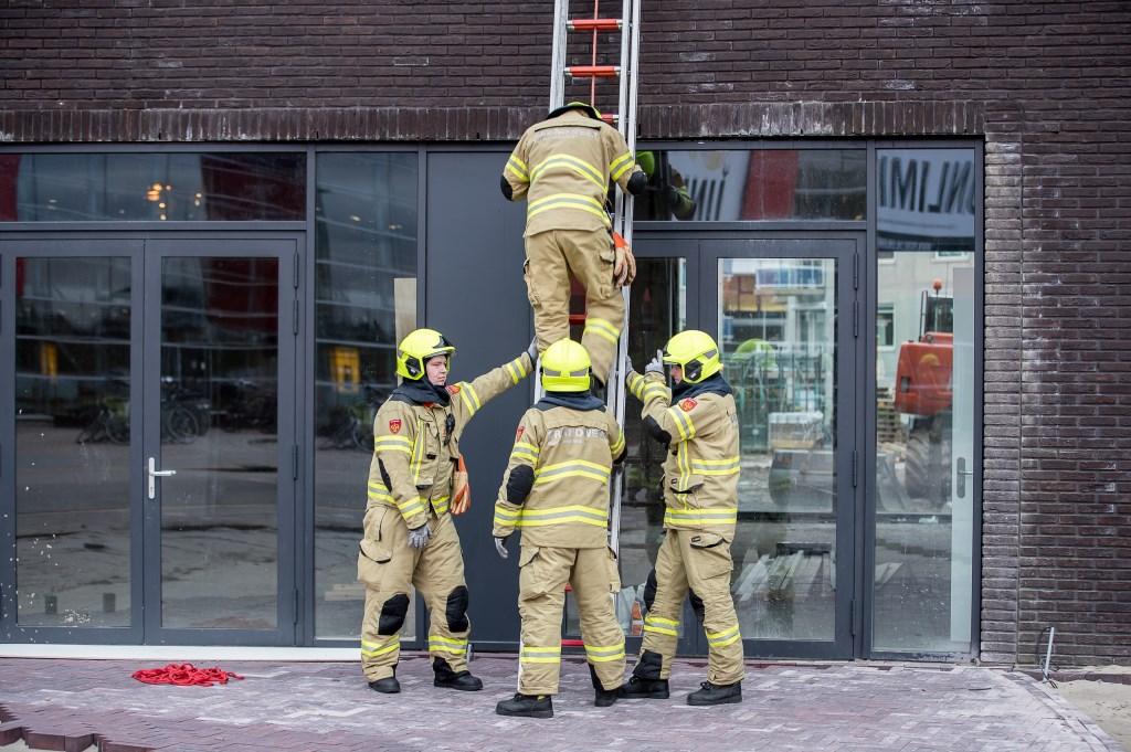 Collega's moesten met drie man de ladder vasthouden om de veiligheid van de klimmers te garanderen Ted Walker © BDU Media