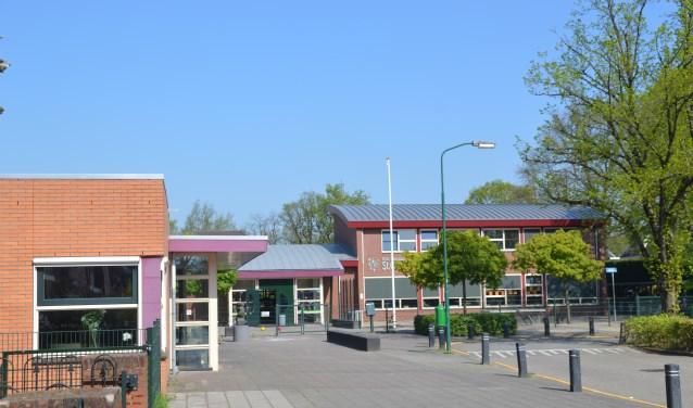 Links dorpshuis De Linde, op de achtergrond de Carolusschool die het in gebruik gaat nemen waardoor De Linde moet verhuizen.