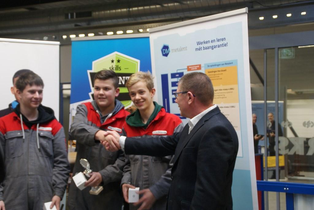 Rechts opleidingscoördinator Kees Westdijk, hij feliciteert enkele winnaars. IW Zuid-Holland © BDU media