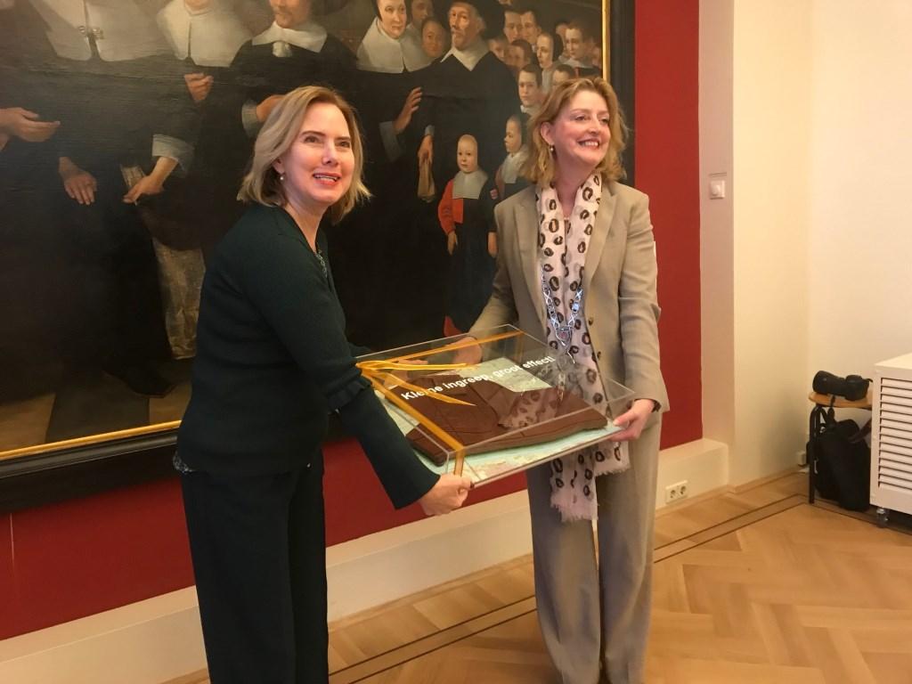 De minister kreeg in het Gorcums Museum een chocolade taart cadeau Hannie Visser-Kieboom © BDU Media