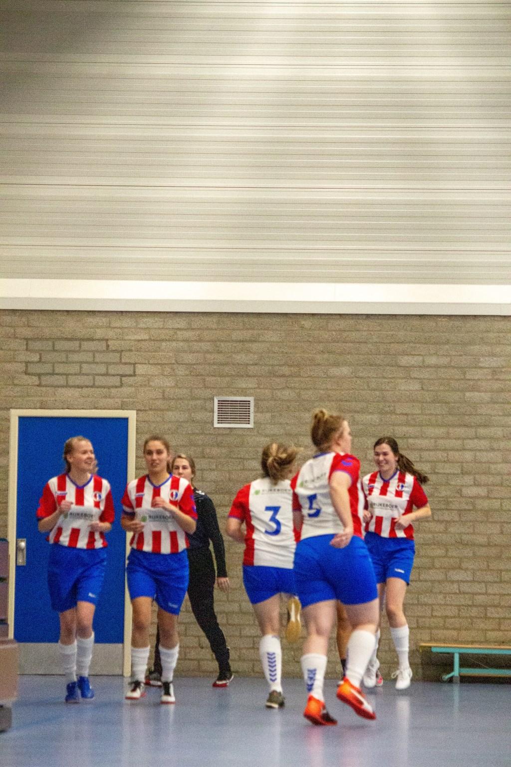 Warming-up voor de wedstrijd tegen ASV Dronten, geheel rechts Noëlle van Soest. Foto: Jorgen Hendriksen © BDU media