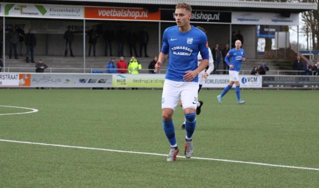 Rick van den Brink namens SDC Putten op het middenveld in actie tegen Swift (0-2).