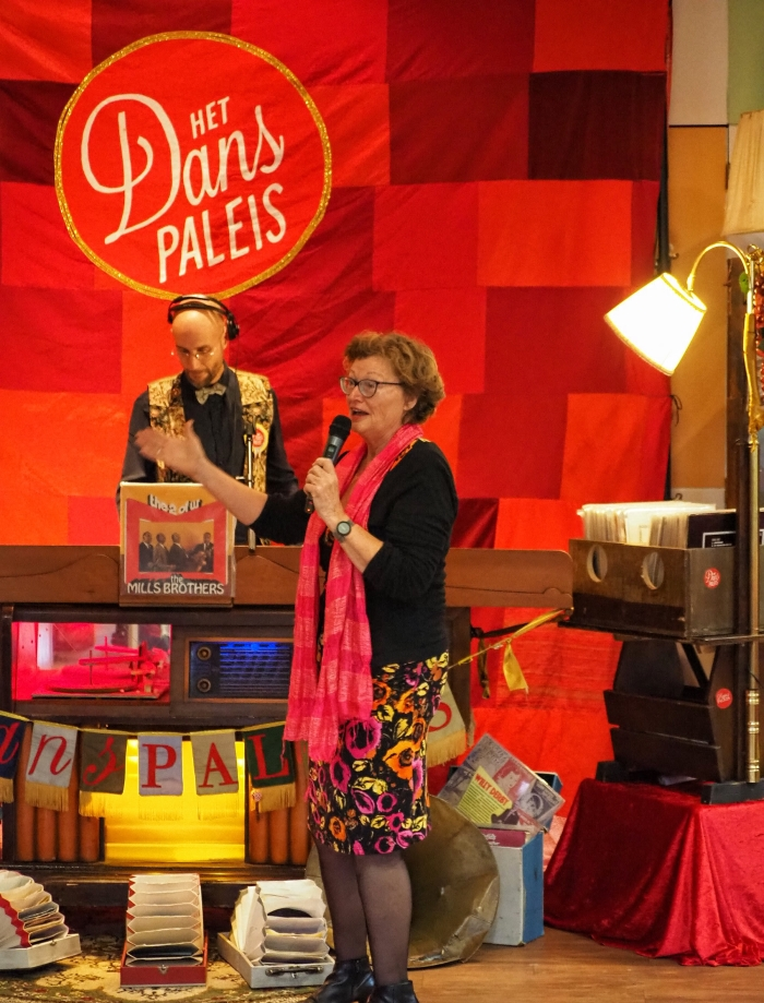 Initiatiefnemer Nel de Groot opent het Danspaleis.