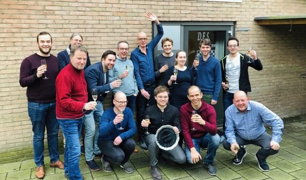 Alle dammers die een bijdrage leverden aan het kampioenschap en promotie. Rechts zittend DES Lunteren voorzitter Jaap Heij.