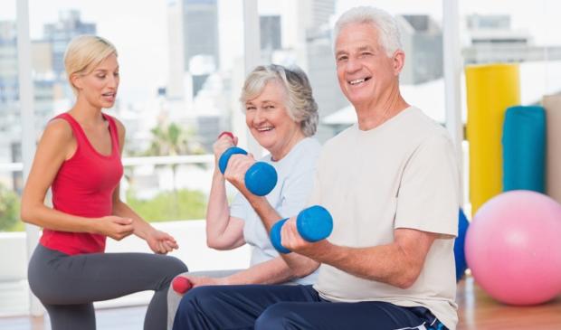 <p>Enthousiaste mensen aan het fitnessen</p>