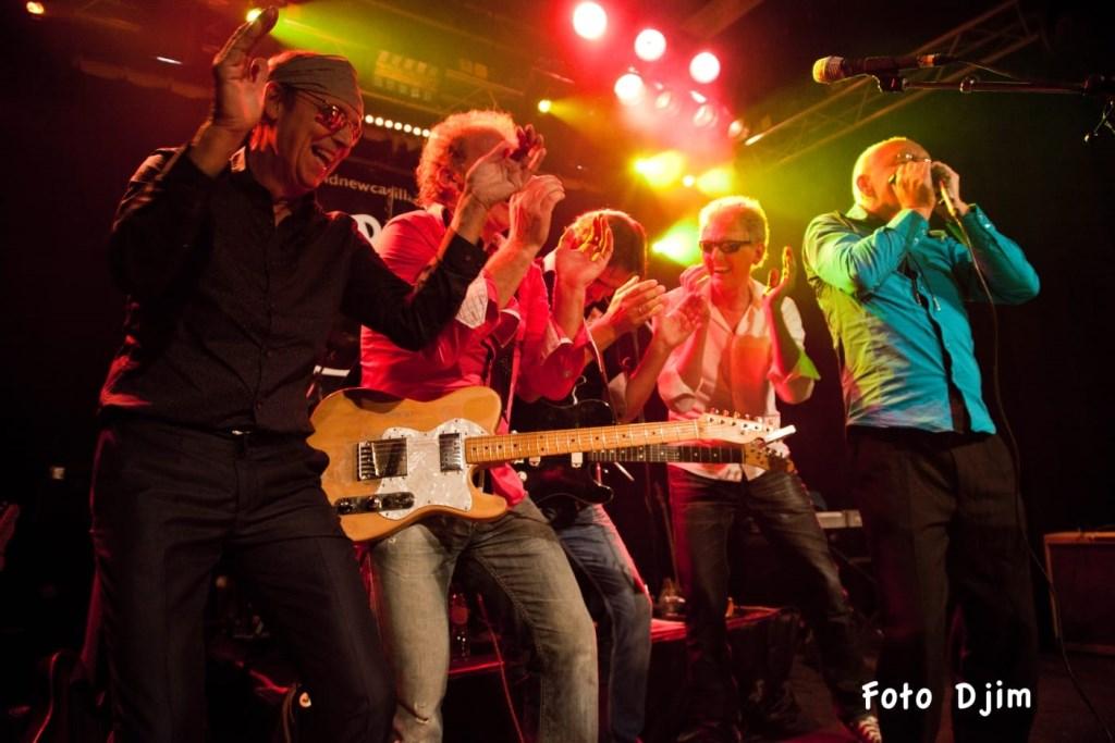 De band staat als één man achter Jan van der Horst die op mondharmonica een hartverscheurende solo laat horen.