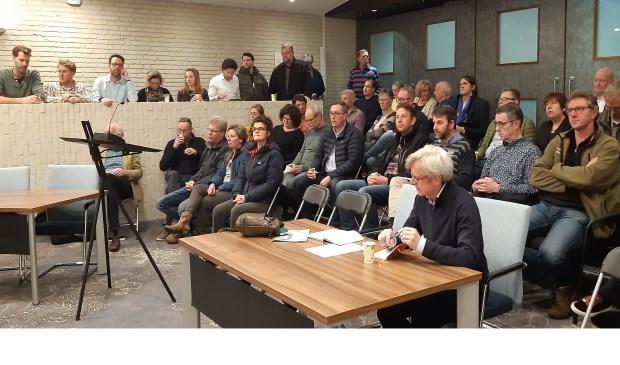 Een volle publieke tribune tijdens het Open Huis van 27 februari, met 9 insprekers