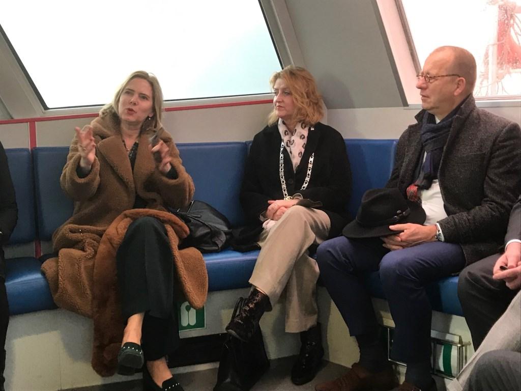 Minister Cora van Nieuwenhuizen met de burgemeester Mellisant en Theo Segers van gemeente Molenlanden Hannie Visser-Kieboom © BDU Media