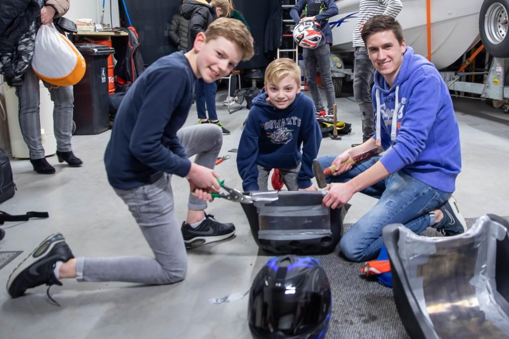 De jeugdige karters helpen mee de materialen te vervolmaken. Theo Beumer © BDU Media