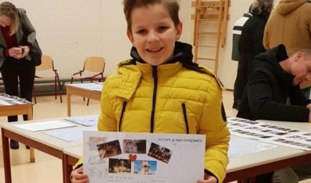 Midas Meppelink, leerling van CBS De Regenboog, laat trots zijn ontwerp van het schoolplein zien.