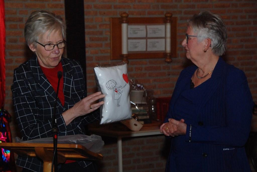 Mieneke den Hartog overhandigt Ita Wolswinkel één van de cadeautjes. Adriaan Hosang © BDU media