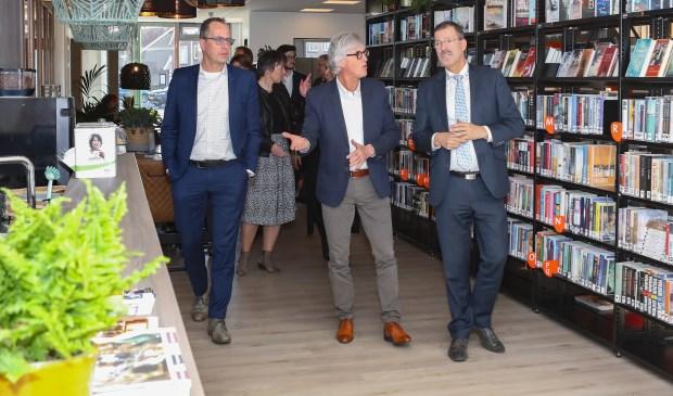 V.l.n.r. Wethouder Harke Dijksterhuis, Jan Blonk (oud-directeur HSN-scholen in Nijkerkerveen) en gedeputeerde Peter van 't Hoog (Provincie Gelderland)