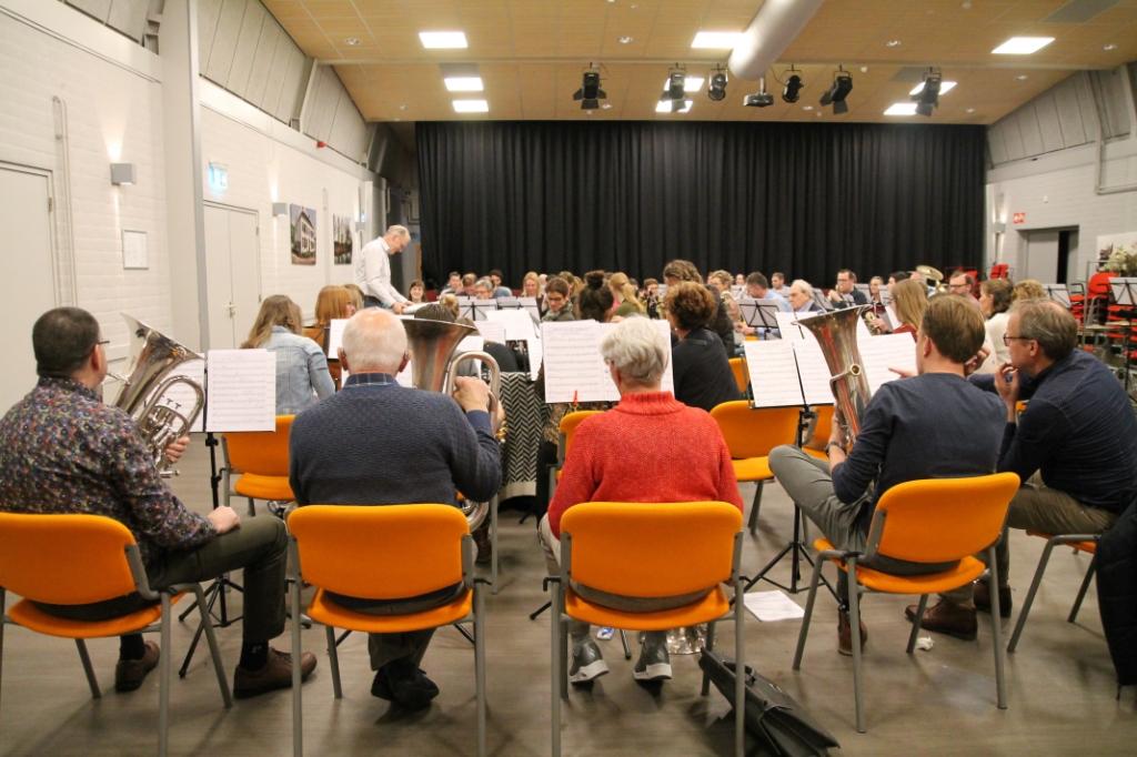 Leden en oud-leden musiceren tijdens de reünie in de Camp o.l.v. Cor Pronk Hannie van de Veen © BDU media