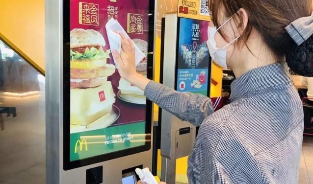 Het paneel van McDonalds wordt gedesinfecteerd. Daniel © BDU media