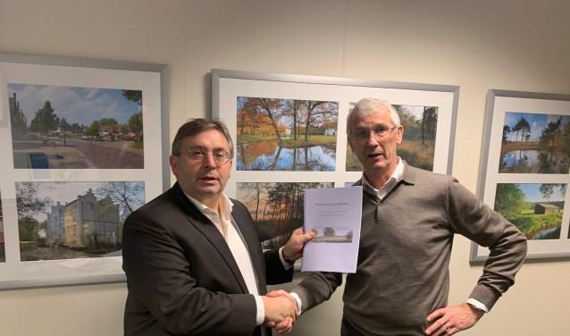Frans van Hek (links) overhandigt het voorstel aan wethouder Gerard van Deelen.