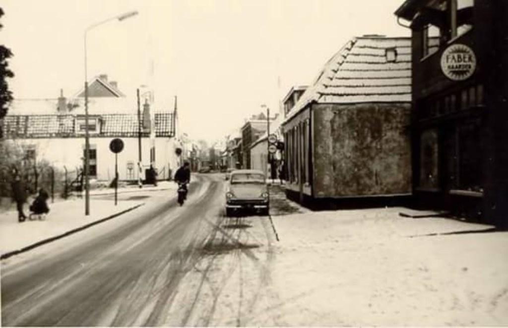 Het langgerekte witte huis van de familie Karssenberg aan de Molenstraat in Ede, waar het in de column over gaat.