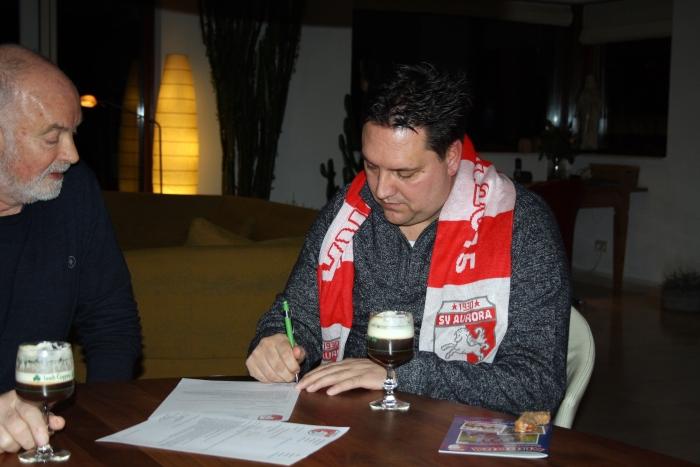 Harold Valkenburg (r) tekent onder goedkeurend oog van Voorzitter Wijbe Douma het contract.