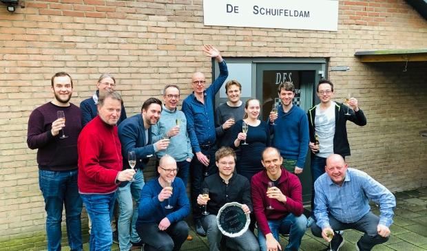 <p>DES Lunteren speler Stijn Overeem (tweede van links zittend) kon weer juichen met zijn damclub.</p>