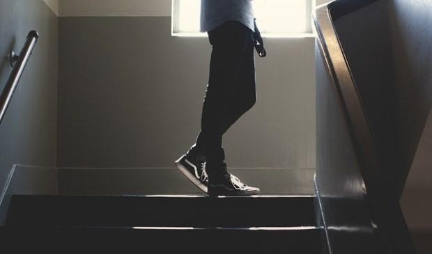 Man in trappenhuis (niet de dader).