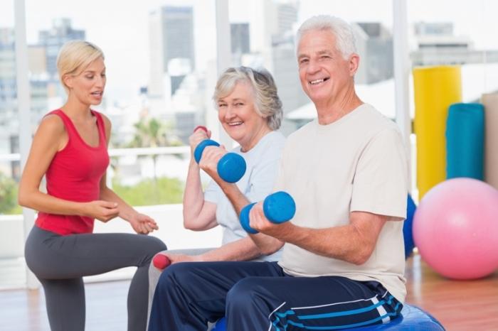 Enthousiaste mensen aan het fitnessen