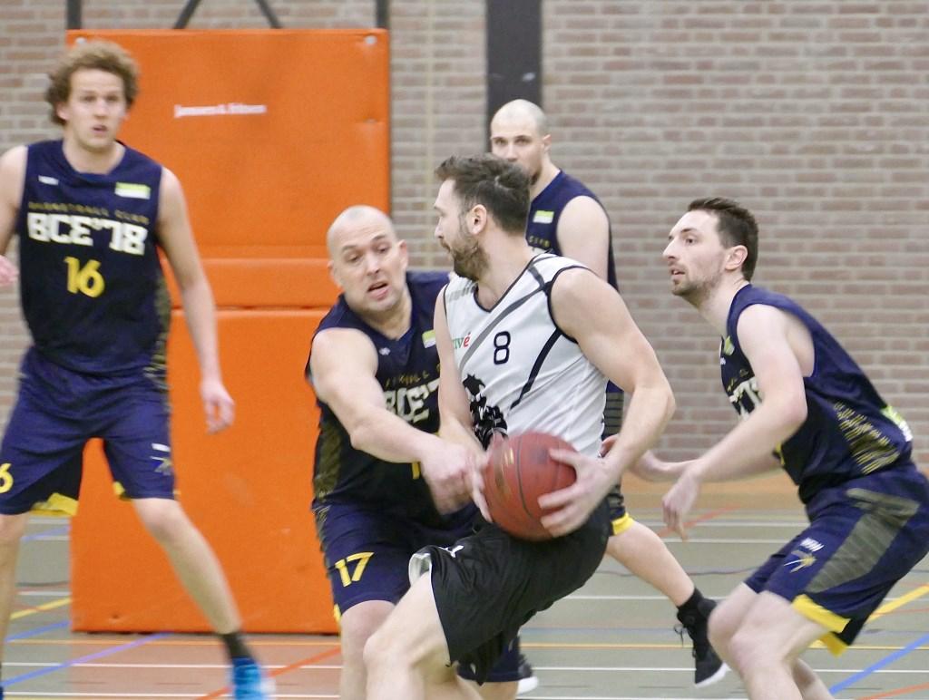 Michel van den Hoven (17) in de defense