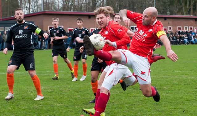 Stijlvolle actie van matchwinner Dennis Schaap die in de laatste minuut de 2-1 scoorde tegen TOV.