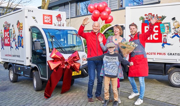 Met een eenmansfanfare verrastte Picnic Maaike Hooft en zoontje Luuk van der Heiden (9). Op hun adres heeft de websuper de miljoenste bestelling in Amersfoort bezorgd. Mede-oprichter van Picnic Joris Beckers (links) en runner van het eerste uur Jeroen Boumeester (rechts) delen mee in de feestvreugde.