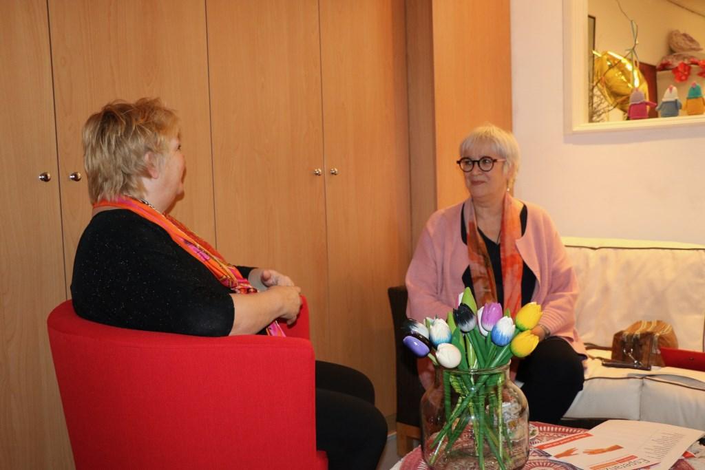 Riet Verbeek geeft Margreet van den Oord de laatste bel-instructies. Renée Heijmans © BDU media