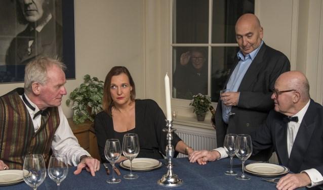 Een scene uit 'De Dinner Party, dat gespeeld is tijdens Gluren bij de buren.