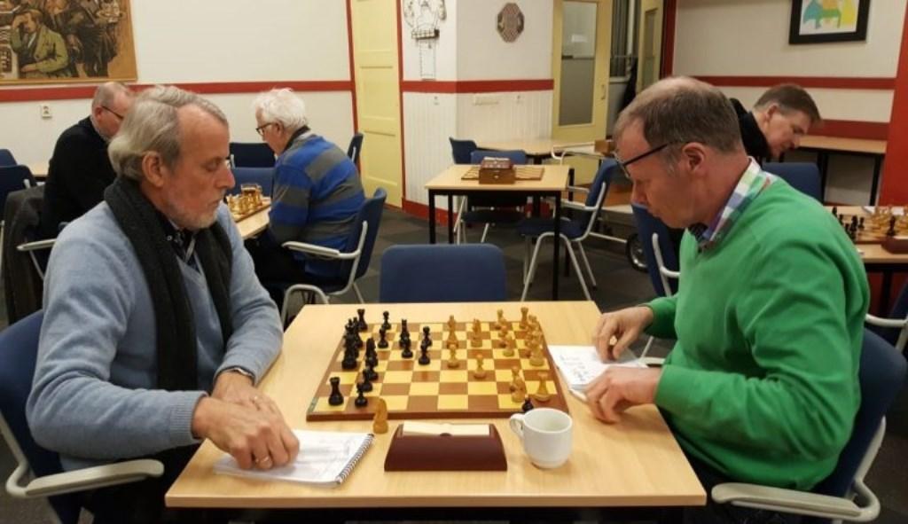 Albert Smit (links) verspeelde te veel pionnen. BSV Bennekom © BDU Media