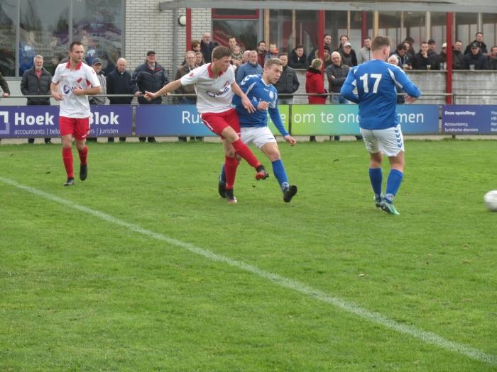 Danny van den Bout verstuurt de bal tegen Schelluinen