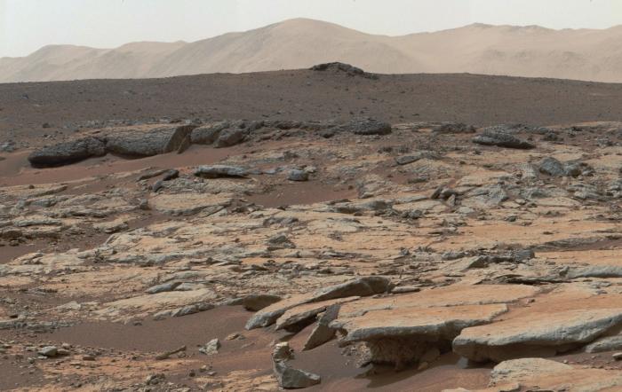 Zicht vanaf Curiosity op de krater NASA © BDU Media