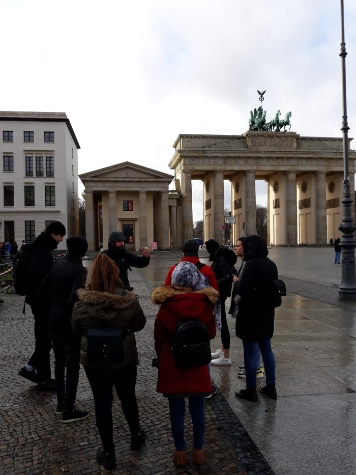 Studenten tijdens de historische tour door Berlijn