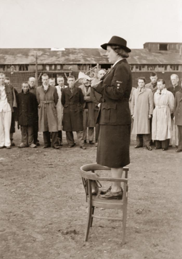 Leusden, 19 april 1945 Loes van Overeem is tijdens de Tweede Wereldoorlog eerst als verpleegster werkzaam bij het Rode Kruis, later wordt ze hoofd van de afdeling Speciale Hulpverlening. Omdat Van Overeem toegang heeft tot de bevelhebber van de SD en