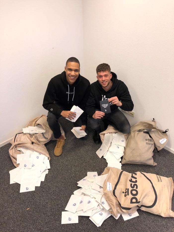 Janic Makizodila en Léon Meiboom met de 5000 kaarten