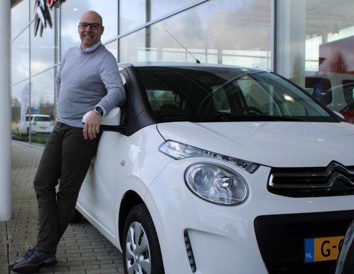 Nathan van Dommelen poseert bij de Citroën C1 die nu aantrekkelijker is dan ooit!