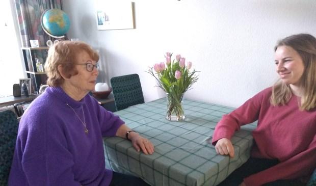 Janneke (80) en Dionne (19) eten de meeste avonden samen aan de keukentafel