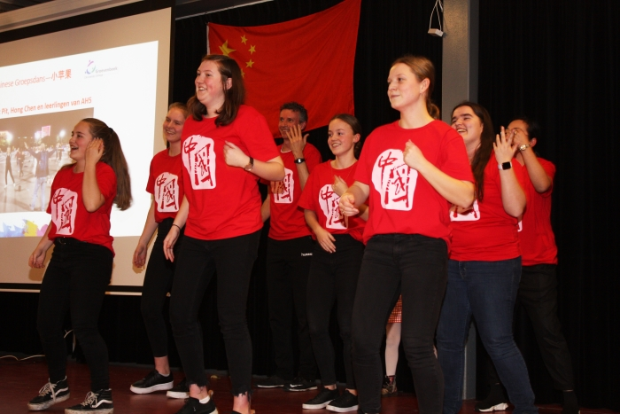 Leerlingen van atheneum 5 presenteren een Chinese dans