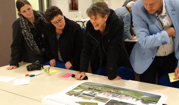 <p>Even terug in de tijd, toen participatie nog betekende: samen naar een plankaart kijken (archief 9 februari 2020)</p>