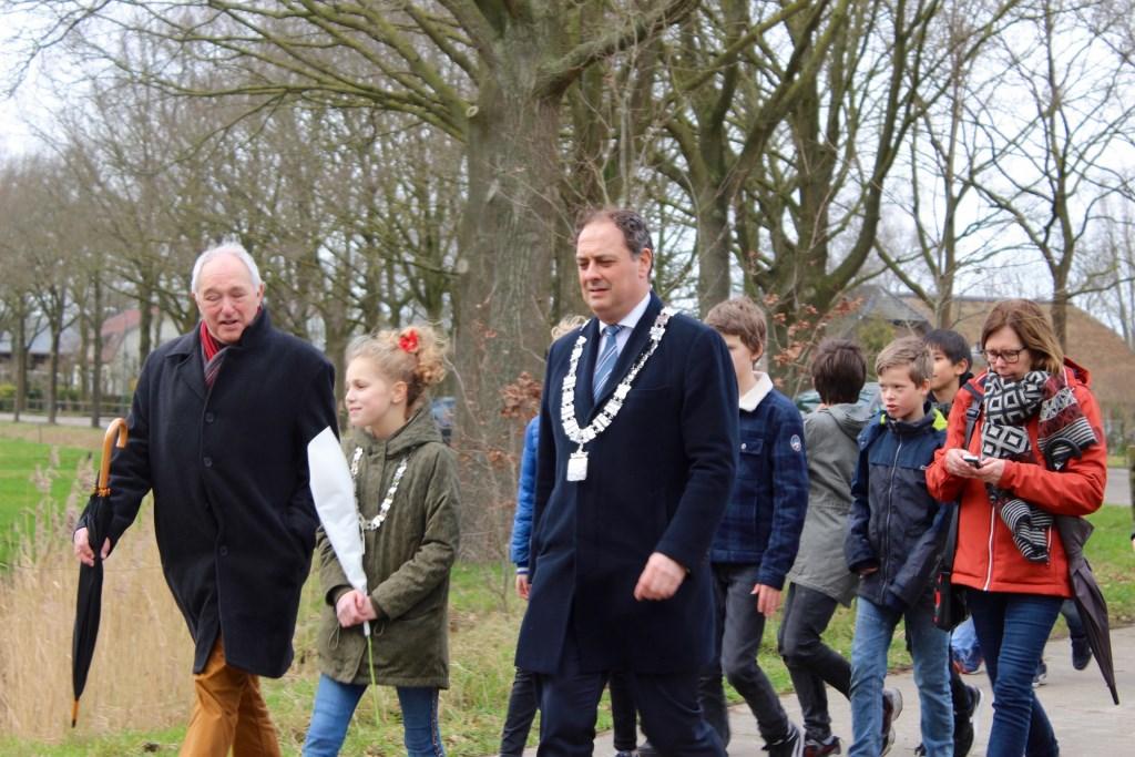 Ronald Polak van de Historische Kring met beide burgemeesters. Marcel Koch  © BDU media