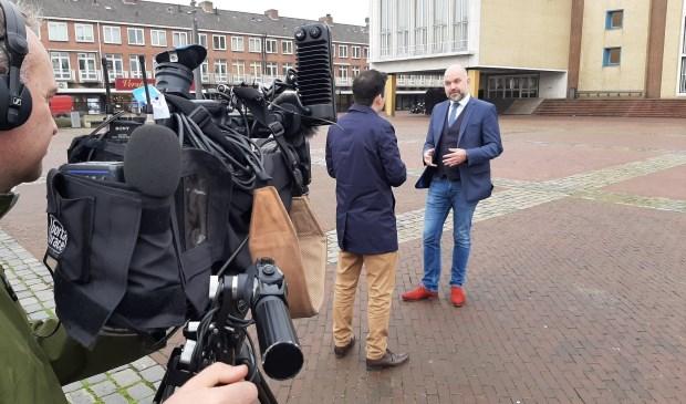 De Britse tv-ploeg op bezoek in Velsen.
