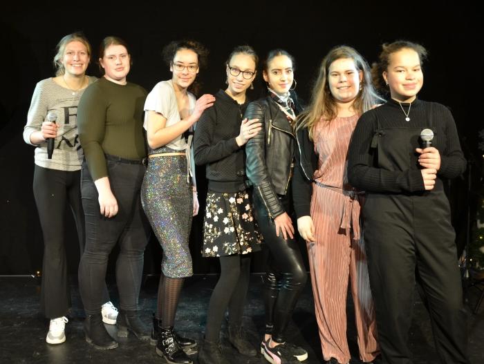 Merel, Démi, Lara, Fleur, Yasmina, Alesya (techniek) en Liv van de Zangselectie