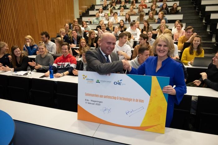 Frank Bakema (directeur Onderwijs WUR) en Jannette Meiling (directeur Leraar Basisonderwijs CHE)