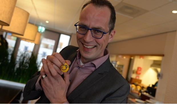 Wethouder Harke Dijksterhuis kreeg een smiley met blauwe bril. Hij kon er om lachen. Harry Koelewijn © BDU Media