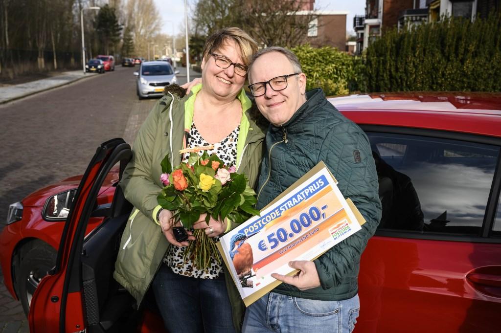 Linda en Marco met hun cheque van 50.000 euro en de auto. PR © BDU