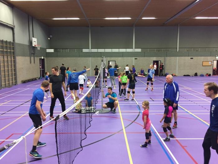 Samen volleyballen tijdens het ouder-kind toernooi van V.C. Kromme Rijn