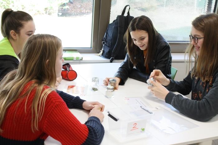 Leerlingen bedenken aan de hand van meegebrachte producten wat de Romeinen zoal aten Marieke Tennekes © BDU Media