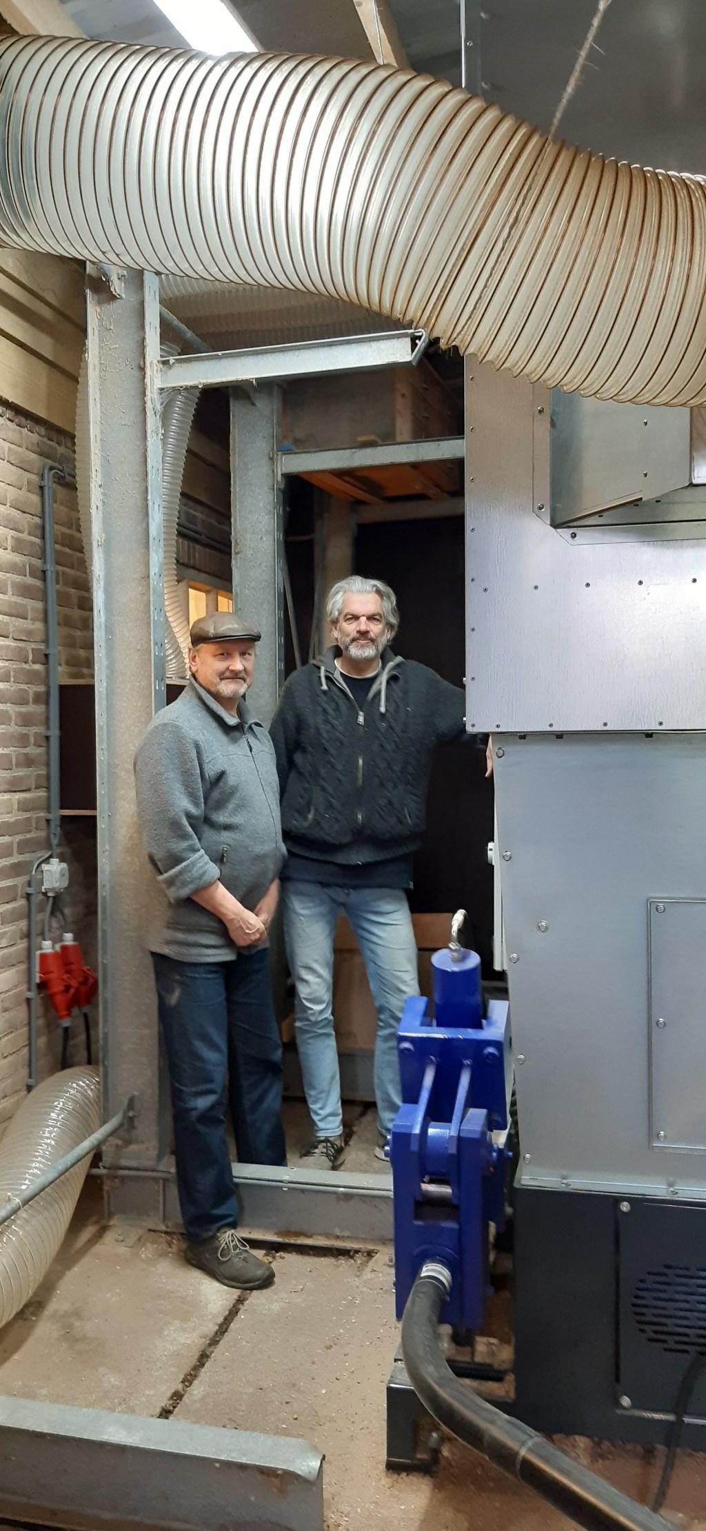 Erik Verkuil en Michel Sadon bij de brikettenpers Kuun Jenniskens © BDU media