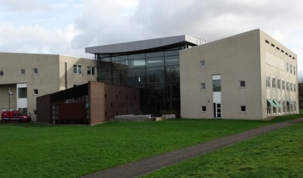 <p>Het gemeentehuis in Odijk, het bruine bakstenen deel is de raadszaal</p>