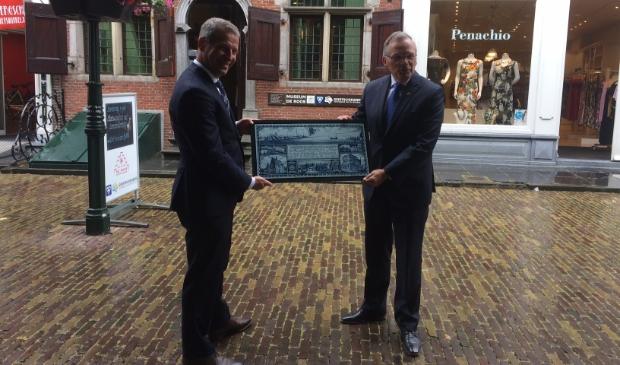 Uit dankbaarheid schonken de gemeenten Giessendam en Hardinxveld een tegeltableau aan de inwoners van Geertruidenberg.